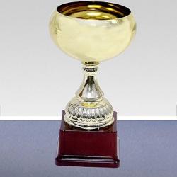 золотой кубок с объемной чашей